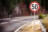 Где применить ограничение скорости 50 км/ч.